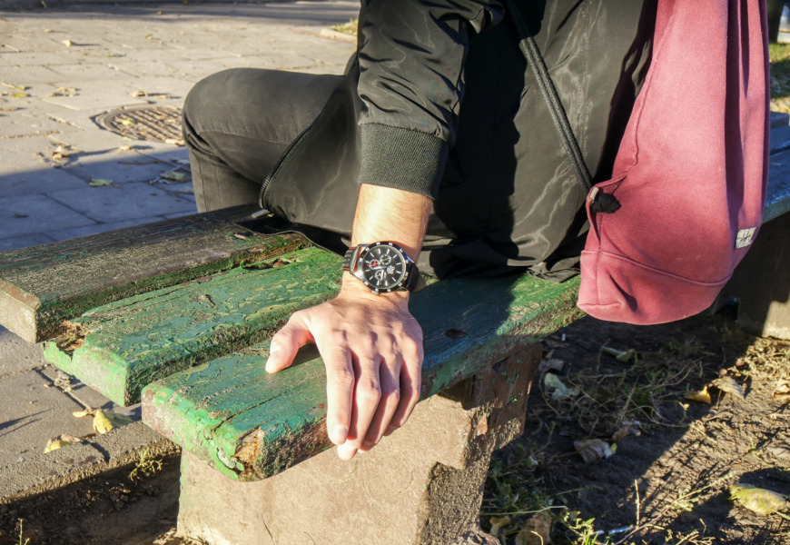 Zegarek QQ Leather CE02-512 i ławka w parku